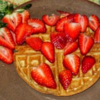 Cheesecakey Vegan Waffles with fresh strawberries